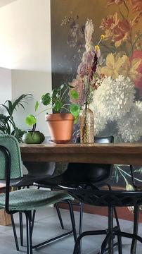 Naadloos behang van Werk ana de Muur stilleven Oude Meester met bloemen bij de eettafel