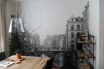 Zwart witte foto Utrecht op behang bij eettafel
