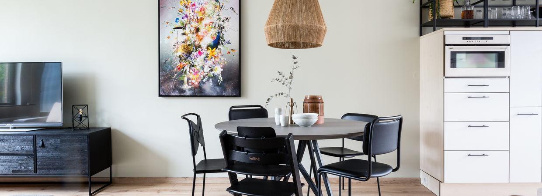 Stylist Eva kiest voor een kunstwerk met funky twist bij Weer verliefd op je Huis van vtwonen