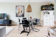 Gezien bij Weer verliefd op je Huis van vtwonen bij stylist Eva in Mijdrecht kunst met funky twist