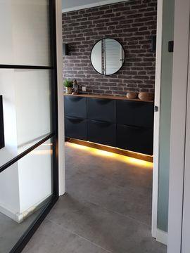 Industrieel fris woon interieur met stalen deur