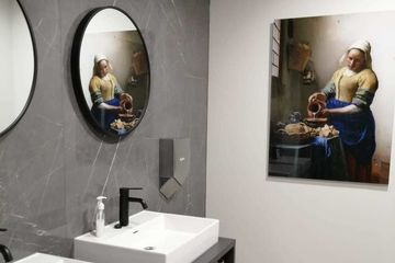 Melkmeisje Acrylglas toilet Upstairs