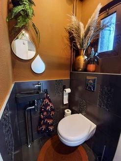 Interieur wc in aardse tinten Werk aan de Muur