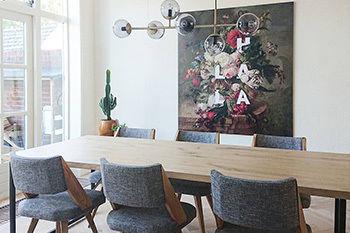 Stilleven met bloemen op groot formaat bij de eettafel Werk aan de Muur